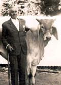 Allyrio Jordão de Abreu, filho do fundador, ao lado do monumento erguido ao pioneiro no recinto da antiga Exposição Nacional, em Cordeiro (RJ)